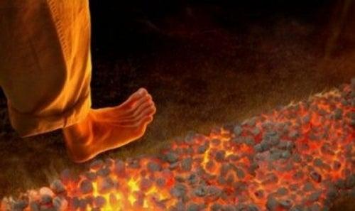 Firewalking: nowa, ale niebezpieczna technika motywacyjna