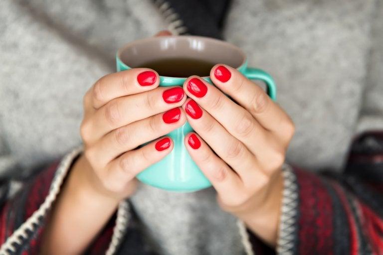 Dłonie trzymają kubek herbaty