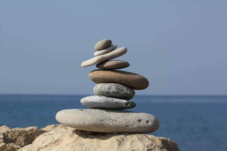 Kamienie poukładane na plaży