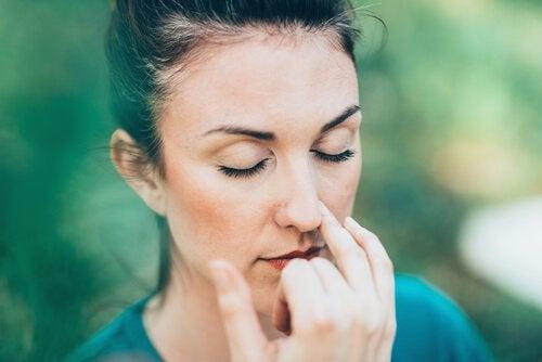 kobieta ćwicząca oddychanie