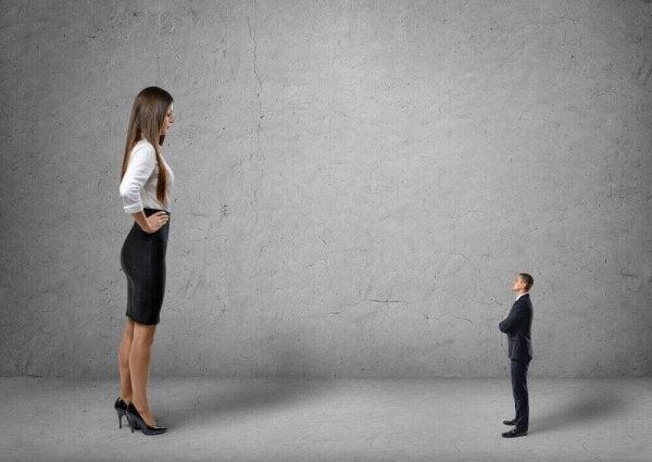 złudzenie ponadprzeciętności - duża kobieta