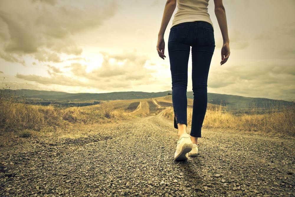 kobieta idąca po ścieżce - strach przed zmianą
