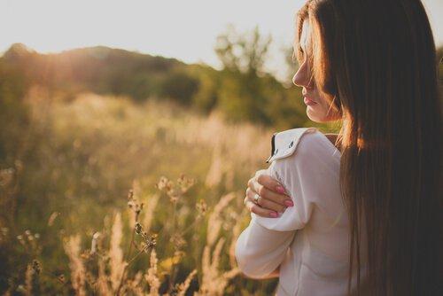 Poczucie winy przez uczucie przygnębienia - kobieta na łące
