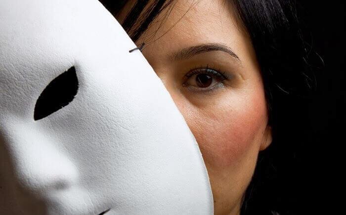 Kobieta ma maskę
