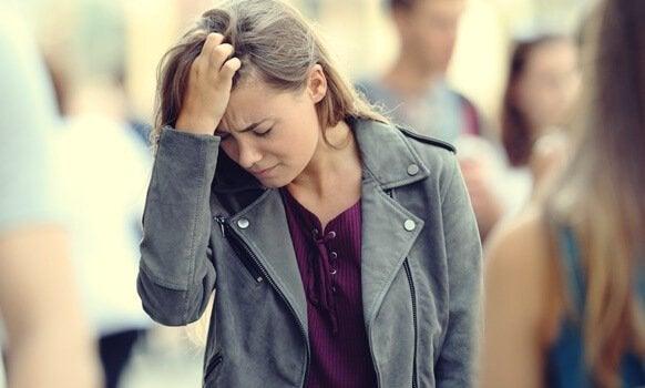 Kobieta odczuwa niepokój
