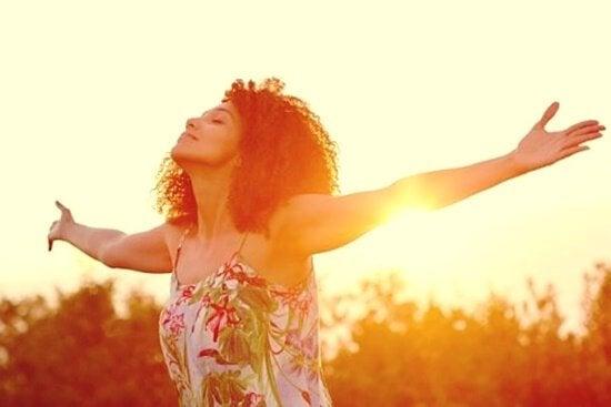 Kobieta z otwartymi ramionami - pełna świadomość