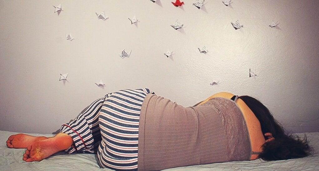 Dziewczyna śpi na łóżku