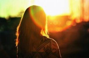 Kobieta o wschodzie słońca