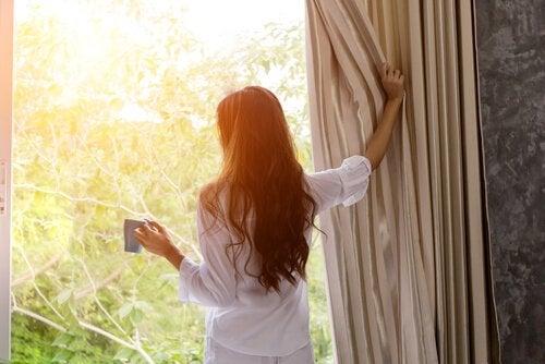Wczesne wstawanie – jak sobie z nim poradzić?