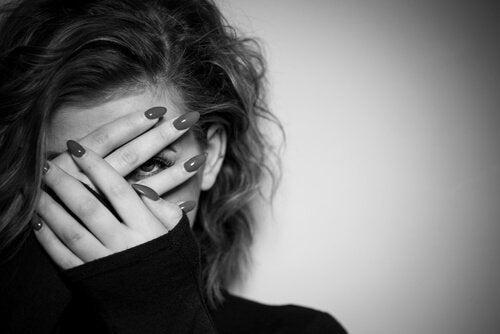 kobieta z zasłoniętą twarzą