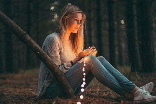 Kobieta ze sznurem świateł