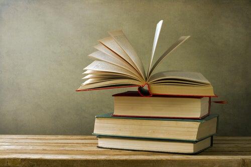 Książki na stosie