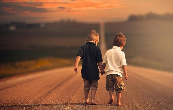 Chłopcy spacerują razem