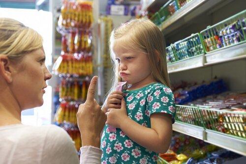 Mama upomina córkę w sklepie