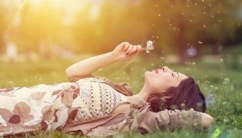 Nadmierne marzycielstwo - kobieta na łące
