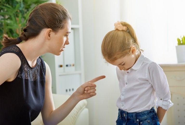 matka krzycząca na dziecko