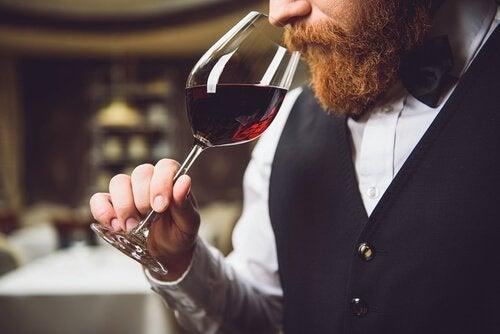 Mężczyzna wąchający wino.