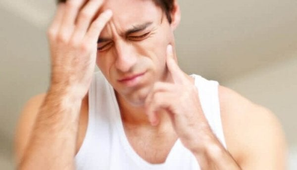 Mężczyzna odczuwa ból