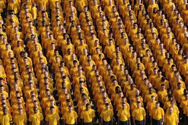 Mężczyźni w żółtych koszulkach.