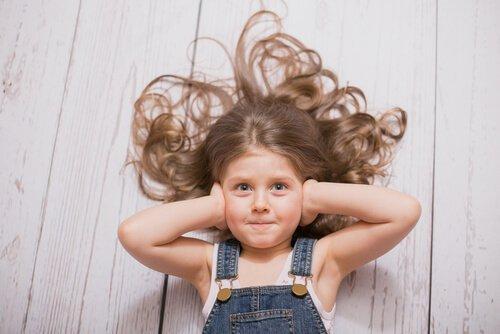 Napady złości - dziewczynka zakrywa uszy