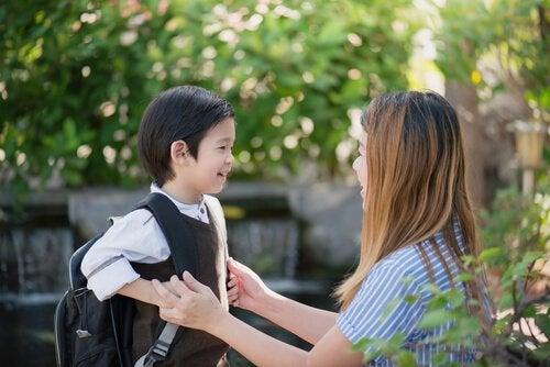 Chłopiec idący do szkoły.