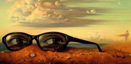oczy w okularach na pustyni