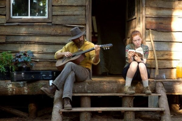 Ojciec grający na gitarze z córką.