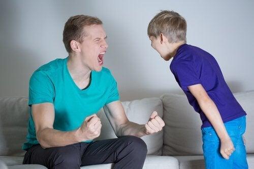Ojciec krzyczy na dziecko