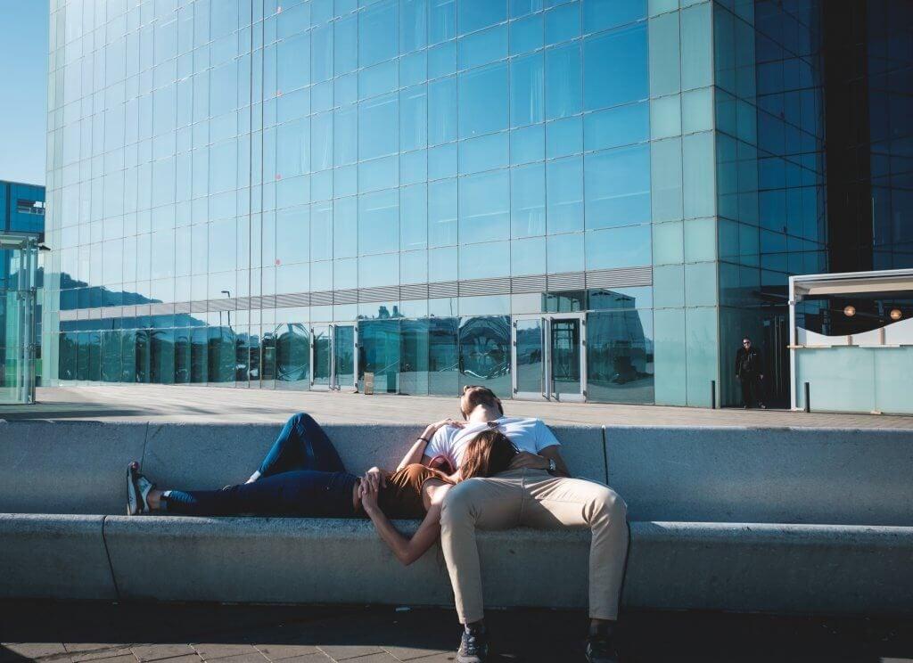 Para odpoczywa na ławce