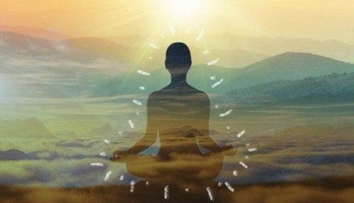 Medytująca posatć i góry we tle