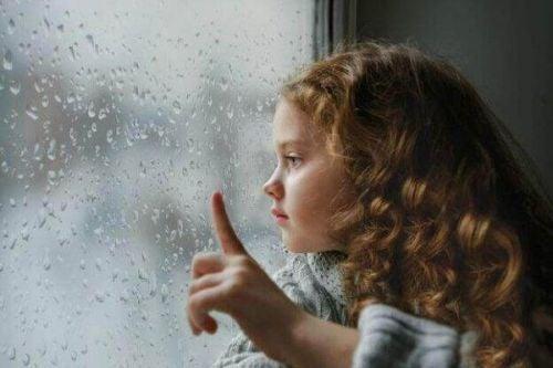 Samobójstwa nieletnich - smutna dziewczynka