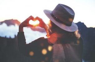Kobieta robi serce z dłoni - pięć wolności Virginii Satir