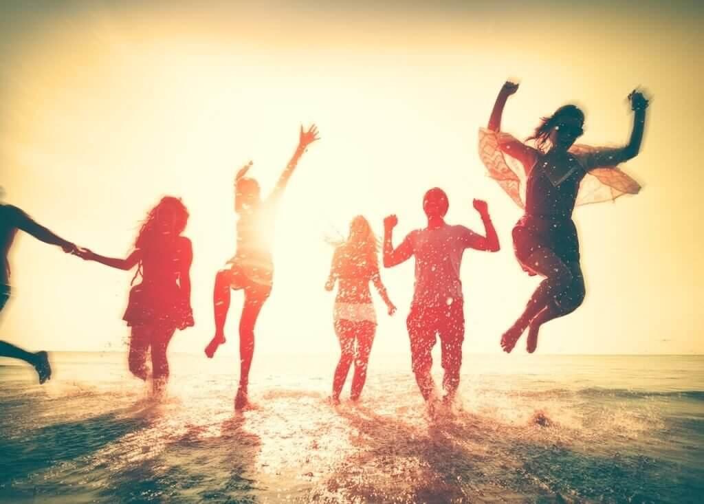 Przyjaciele skaczą na plaży - rodzaje przyjaciół