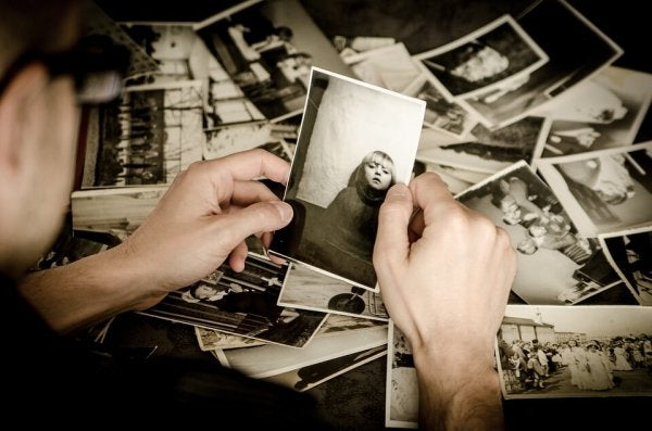 Oglądanie starych zdjęć.