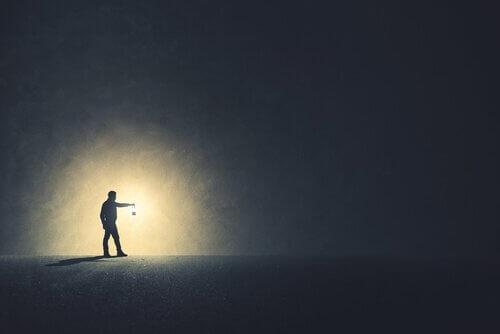 Człowiek z latarką w ciemności