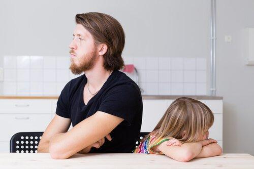 Tata i córka obrażeni na siebie