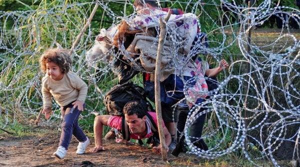 dziecko i ojciec uchodźcy