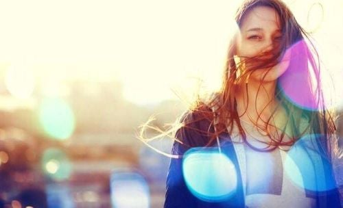 Uśmiechnięta kobieta w promieniach słońca