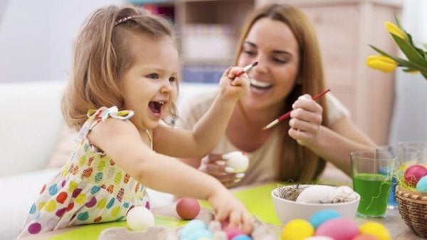 Mała dziewczynka bawiąca się z mamą