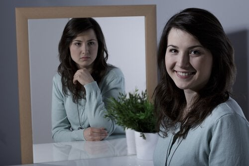 Dziewczyna przed lustrem ma zaburzenia