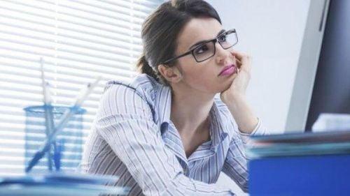 Znudzona pracownica - wynudzenie zawodowe