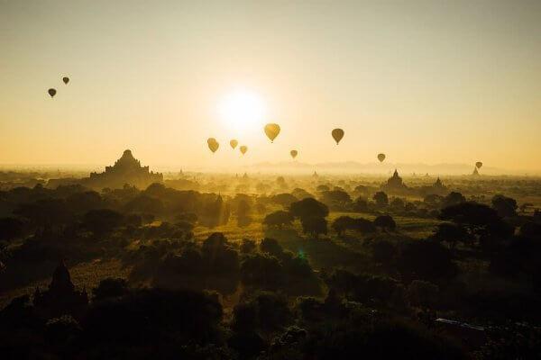 Balony unoszą się nad orientalnym miastem