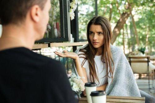 Błędy w komunikacji między partnerami - zdenerwowana kobieta rozmawia przy kawie