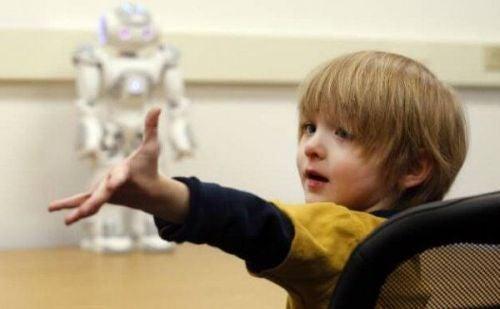 Chłopiec z autyzmem i robot w tle