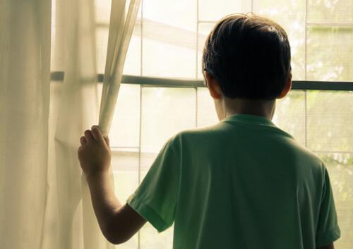 Chłopiec przy oknie.
