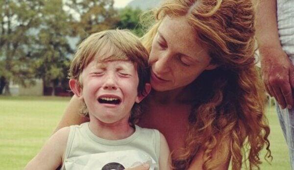 Chłopiec ma atak płaczu - dzieci z trudnościami w uczeniu się