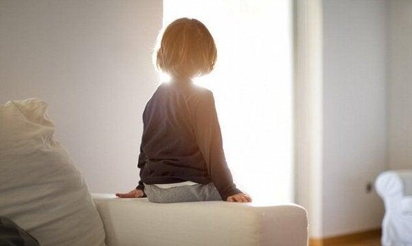 Reaktywne zaburzenie przywiązania - samotny chłopiec