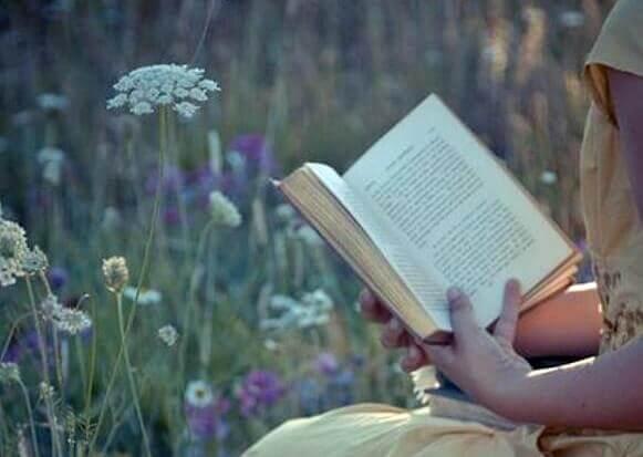 Czytanie książki na łące by pozbyć się rutyny