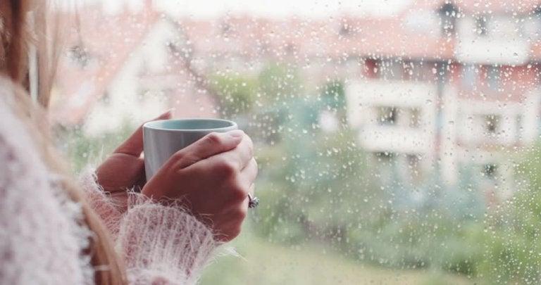 Kobieta ogląda deszcz