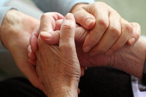 Dłonie młode i starsze trzymające się - terapia skoncentrowana na współczuciu